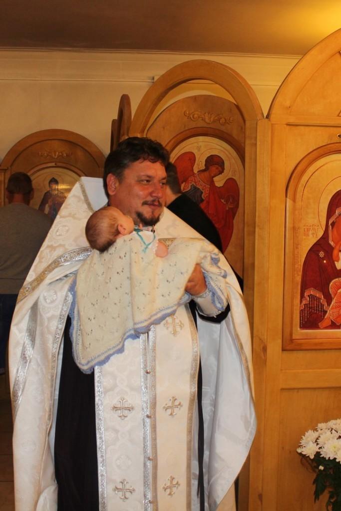 Крестится во время молитвы